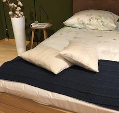 navy deken op groot bed