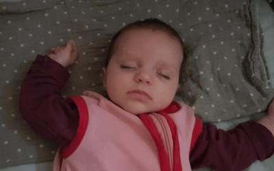 Waarom slapen baby's met hun armen omhoog?